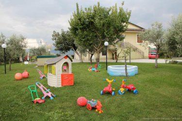 giardino con giochi nel B&b a Montefalco